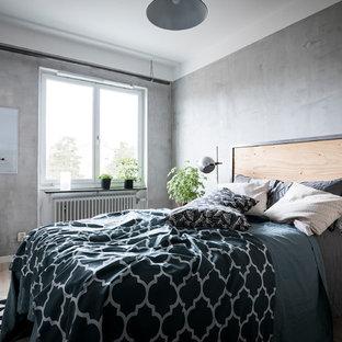 Inspiration för ett minimalistiskt huvudsovrum, med grå väggar, ljust trägolv och beiget golv