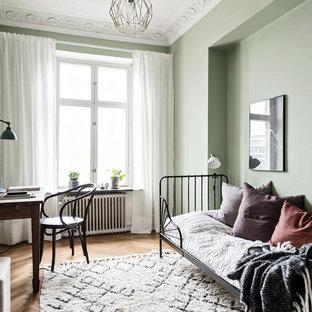 Idéer för att renovera ett mellanstort minimalistiskt gästrum, med gröna väggar, mellanmörkt trägolv och beiget golv