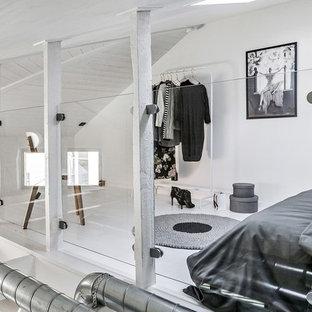 Inspiration för ett nordiskt sovloft, med vita väggar, målat trägolv och vitt golv