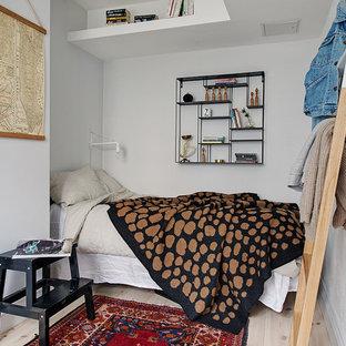 ヨーテボリの中サイズのヴィクトリアン調のおしゃれな客用寝室 (白い壁、淡色無垢フローリング、暖炉なし) のインテリア