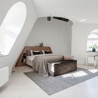 Exempel på ett minimalistiskt sovrum, med vita väggar, målat trägolv och vitt golv