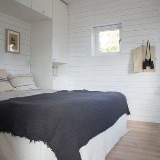 バルセロナのビーチスタイルのおしゃれな主寝室 (白い壁、淡色無垢フローリング、暖炉なし)