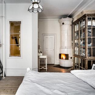 Foto di una camera da letto vittoriana di medie dimensioni con pareti bianche, parquet chiaro e camino ad angolo