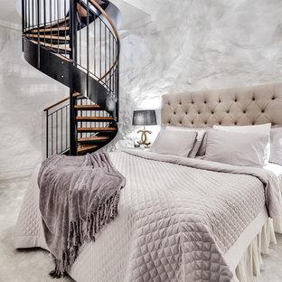 Bild på ett stort vintage sovrum, med vita väggar och heltäckningsmatta