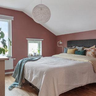 Inspiration för ett funkis gästrum, med rosa väggar, mellanmörkt trägolv och brunt golv