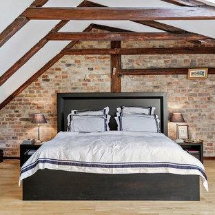 Cette image montre une chambre d'amis chalet de taille moyenne avec un sol en bois clair, un sol beige et un mur blanc.