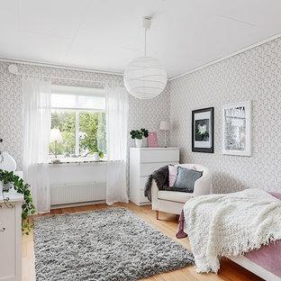 Idéer för mellanstora minimalistiska gästrum, med grå väggar och mellanmörkt trägolv