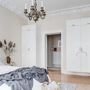 Idéer för skandinaviska sovrum, med beige väggar, ljust trägolv och beiget golv