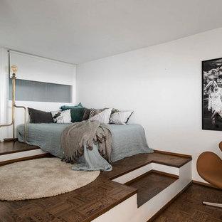 Inspiration för moderna huvudsovrum, med vita väggar, mörkt trägolv och brunt golv