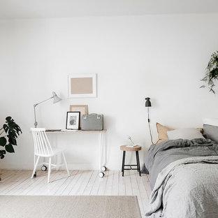 Idéer för mellanstora minimalistiska sovrum, med vita väggar, ljust trägolv och vitt golv