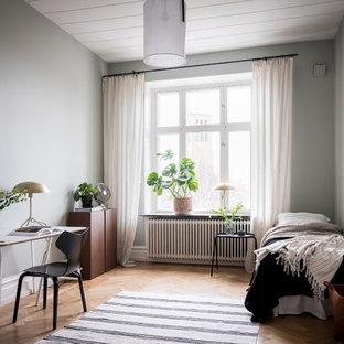 Inspiration för minimalistiska sovrum, med blå väggar, ljust trägolv och beiget golv