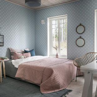 Idéer för ett minimalistiskt gästrum, med mellanmörkt trägolv och brunt golv