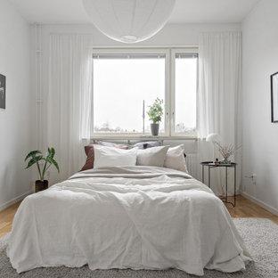 Idéer för mellanstora minimalistiska huvudsovrum, med vita väggar, ljust trägolv och beiget golv