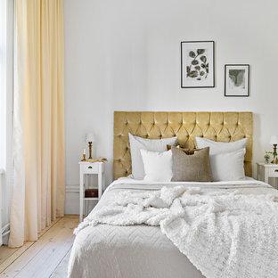 Exempel på ett mellanstort minimalistiskt huvudsovrum, med vita väggar och ljust trägolv