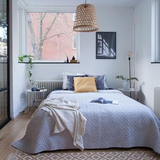 Exempel på ett mellanstort minimalistiskt huvudsovrum, med vita väggar, ljust trägolv och beiget golv