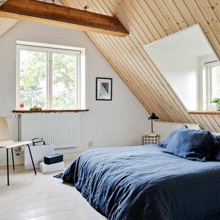Idéer för ett mellanstort minimalistiskt gästrum, med ljust trägolv, beiget golv och vita väggar