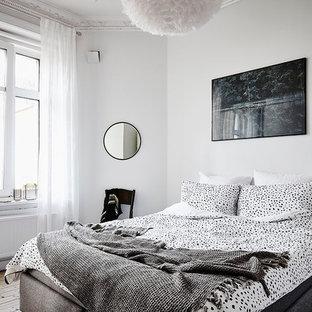 Bild på ett mellanstort minimalistiskt huvudsovrum, med grå väggar och mellanmörkt trägolv