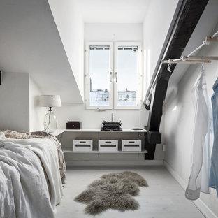 Idéer för att renovera ett minimalistiskt gästrum, med vita väggar och ljust trägolv