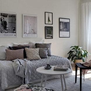 Inspiration för ett nordiskt sovrum, med vita väggar, mellanmörkt trägolv och brunt golv