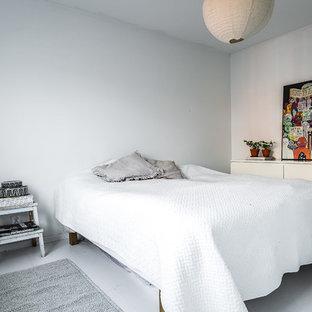 Foto på ett skandinaviskt sovrum, med vita väggar och vitt golv
