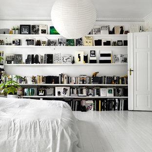 Immagine di una grande camera matrimoniale nordica con pareti bianche, pavimento in legno verniciato, nessun camino e pavimento bianco