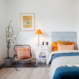 Новый формат декора квартиры: большая спальня в стиле фьюжн с белыми стенами и темным паркетным полом без камина для гостей