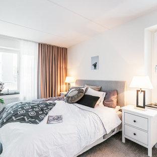 Bild på ett minimalistiskt sovrum, med målat trägolv, svart golv och vita väggar