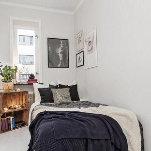 Idéer för att renovera ett litet minimalistiskt sovrum, med grå väggar och ljust trägolv