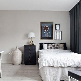 Inspiration för ett litet skandinaviskt huvudsovrum, med flerfärgade väggar, ljust trägolv och grått golv
