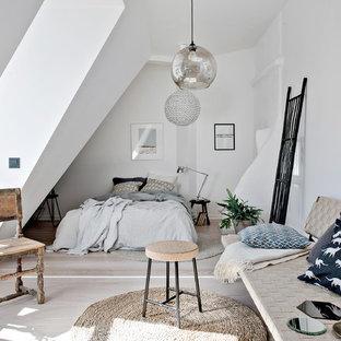 Inspiration för små nordiska huvudsovrum, med vita väggar och ljust trägolv