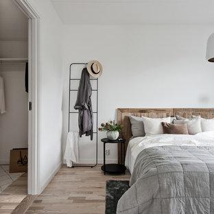 Idéer för ett minimalistiskt huvudsovrum, med vita väggar, ljust trägolv och beiget golv