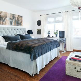 Inspiration för mellanstora klassiska sovrum, med vita väggar och mellanmörkt trägolv