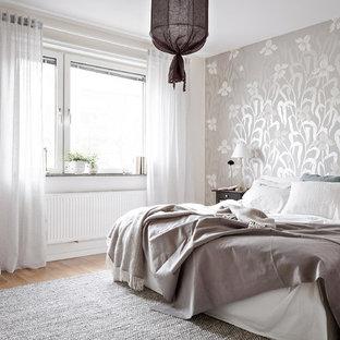 Inspiration för mellanstora nordiska huvudsovrum, med grå väggar, mellanmörkt trägolv och beiget golv