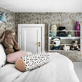 Inspiration för ett skandinaviskt sovloft, med flerfärgade väggar, målat trägolv och vitt golv