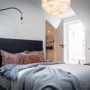 Bild på ett litet skandinaviskt huvudsovrum, med vita väggar