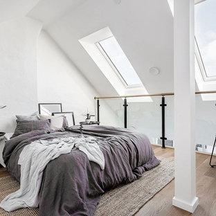 Idéer för ett mellanstort nordiskt sovloft, med vita väggar och ljust trägolv