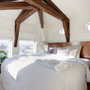 Inspiration för ett vintage sovrum, med beige väggar, heltäckningsmatta och beiget golv