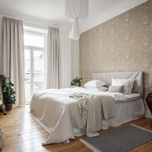 Idéer för ett stort skandinaviskt huvudsovrum, med beige väggar, mellanmörkt trägolv och brunt golv