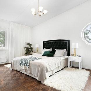 Inspiration för stora klassiska huvudsovrum, med vita väggar, mellanmörkt trägolv och brunt golv