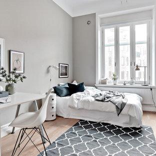 Inspiration för stora nordiska gästrum, med grå väggar, ljust trägolv och beiget golv