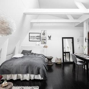 Idéer för ett nordiskt sovrum, med vita väggar, målat trägolv och svart golv
