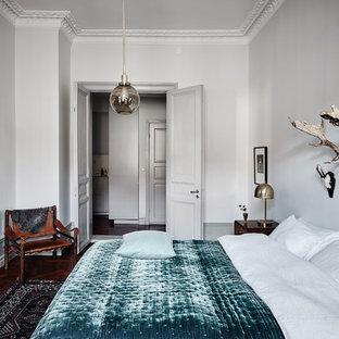 Idéer för att renovera ett mellanstort vintage huvudsovrum, med grå väggar och mörkt trägolv