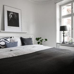 Idéer för ett skandinaviskt gästrum, med vita väggar, ljust trägolv och beiget golv