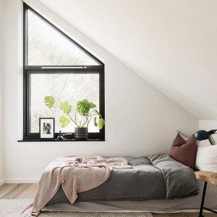 Inspiration för mellanstora nordiska sovrum, med vita väggar, ljust trägolv och beiget golv
