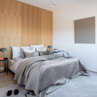 Exempel på ett modernt sovrum, med bruna väggar, ljust trägolv och beiget golv