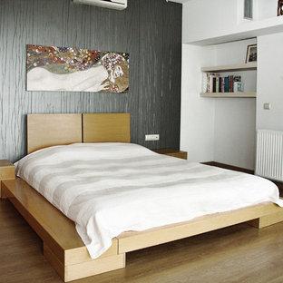Inspiration för ett stort orientaliskt huvudsovrum, med grå väggar och mellanmörkt trägolv