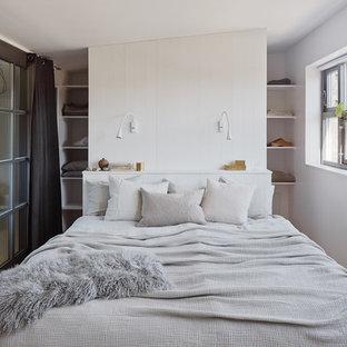Imagen de dormitorio principal, escandinavo, pequeño, sin chimenea, con paredes blancas