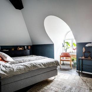 Inspiration för ett nordiskt sovrum, med svarta väggar och mörkt trägolv