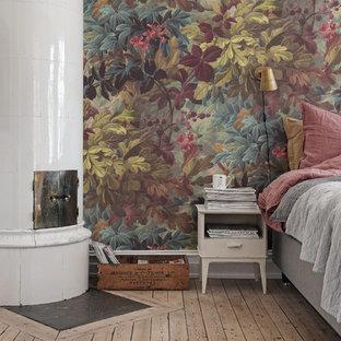 На фото: спальня в викторианском стиле с разноцветными стенами с