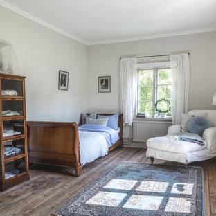 Idéer för ett shabby chic-inspirerat sovrum, med grå väggar, mörkt trägolv och brunt golv